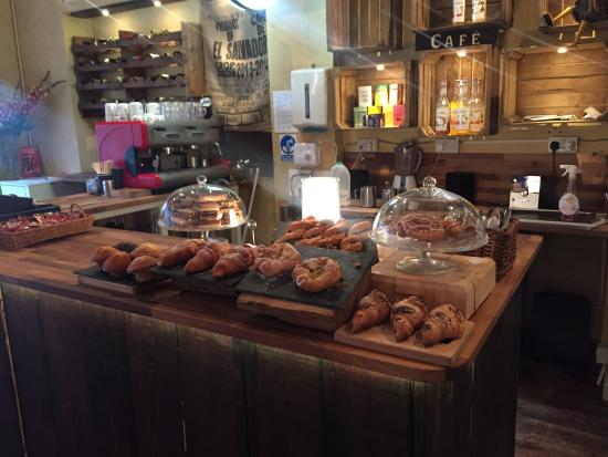 Barry, UK: mixed Mediterranean cafe and tapas bar Enjoy fresh pastries breakfasts and coffees by day Wine t