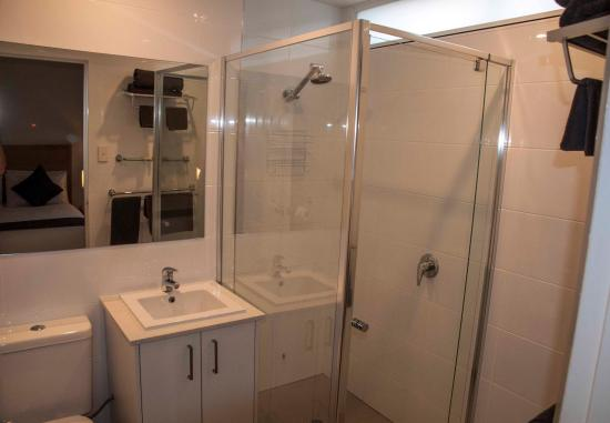 Fawkner, Australia: modern bathroom