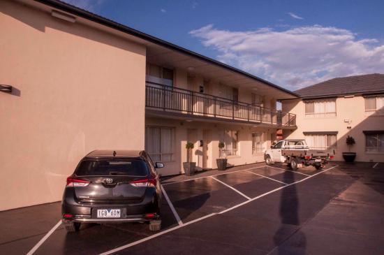 Fawkner, Australia: Off street parking