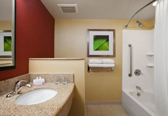 Junction City, KS: Suite Bathroom
