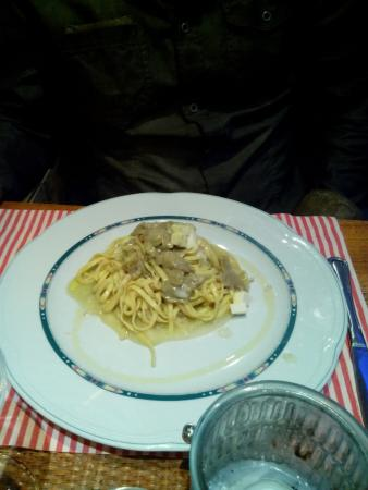 Marina di Cecina, إيطاليا: spaghetti ai carciofi cucinata al tavolo