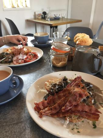 Hathersage, UK: Fabulous food and very warm welcome from the staff. Had a lovely brunch but the waffle was to di