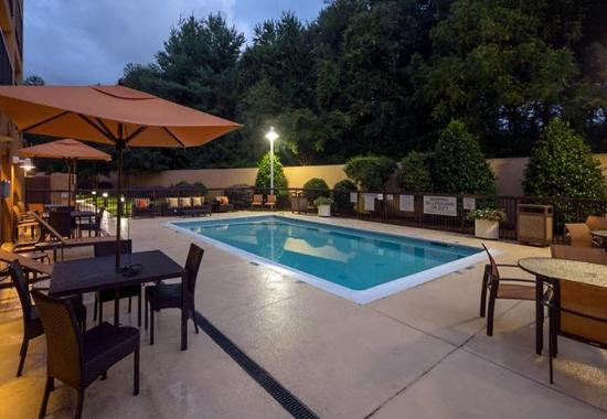 Courtyard by Marriott Winston-Salem Hanes Mall: Outdoor Pool