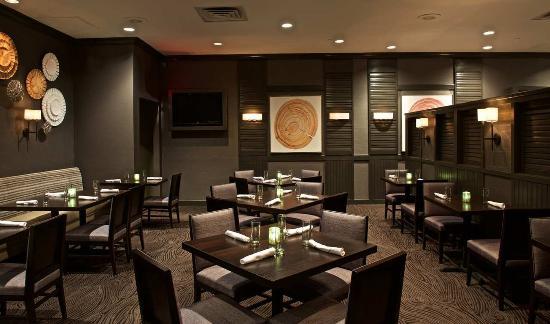 East Syracuse, نيويورك: The Atrium Grille, Center Tables