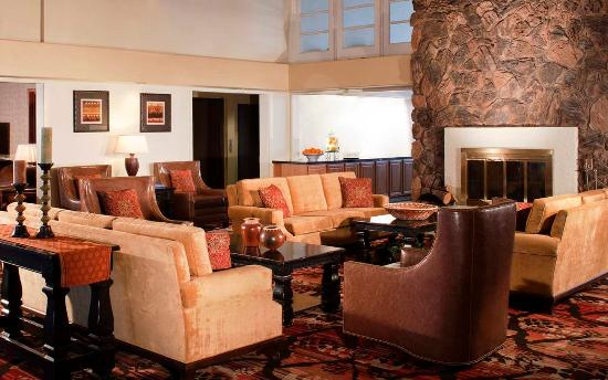 Embassy Suites by Hilton Flagstaff: Lobby Fireplace