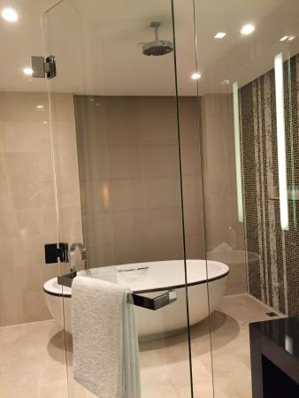 Grand Hyatt Macau: Bath tub and shower area