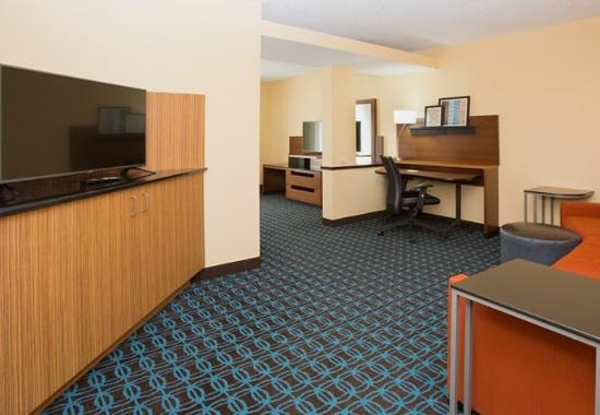 Milford, MA: Executive King Suite – Living Area