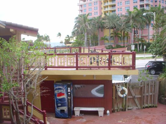 Fort Lauderdale Beach Inn : View from 2nd floor balcony. Inside courtyard is always secured. Nice top deck