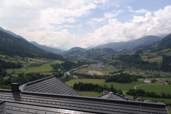 Sankt Johann im Pongau, Avusturya: Balkonblick ins Tal und auf die Salzach