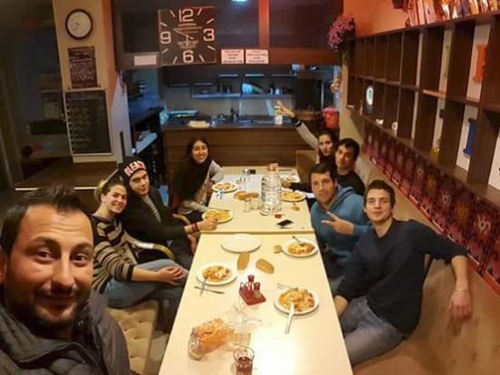 Second Home Hostel: Una cena con mis amigos, el que toma la selfi es el dueño muy buen onda!