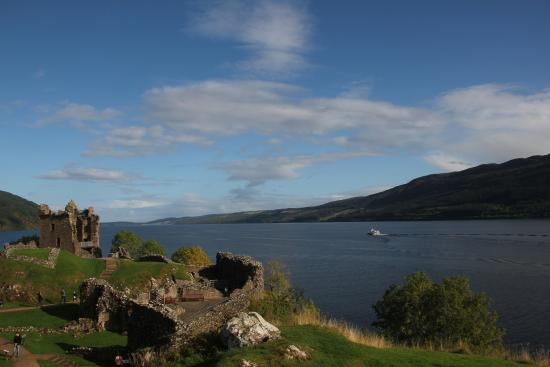 Drumnadrochit, UK: View from the high point of the castle with a view of Loch Ness