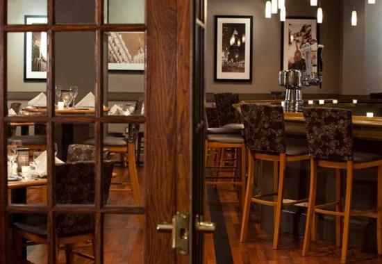 Ηστ Έλμχερστ, Νέα Υόρκη: Empire Lounge