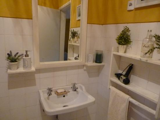 Tofo, Mozambique: Bathroom - retro style! Very cute!