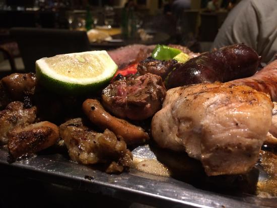 Dona Flor Restaurant: Tremenda parrillada completa y a punto todo.