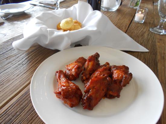 New Rochelle, estado de Nueva York: Barbecue wings and mini corn muffins