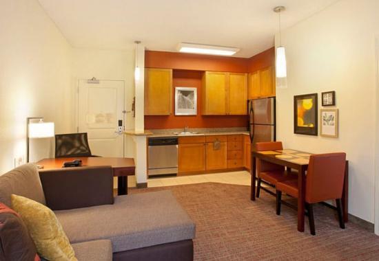 Ridgeland, MS: One-Bedroom Suite – L iving Area & Kitchen