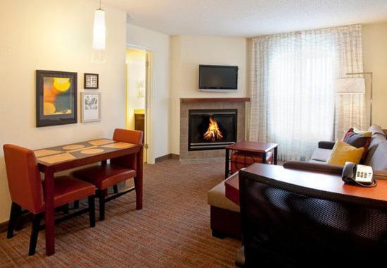 Ridgeland, MS: One-Bedroom Fireplace Suite