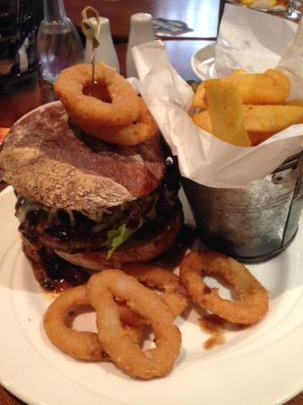 Jedburgh, UK: The Beefy Burger with chips and onion rings