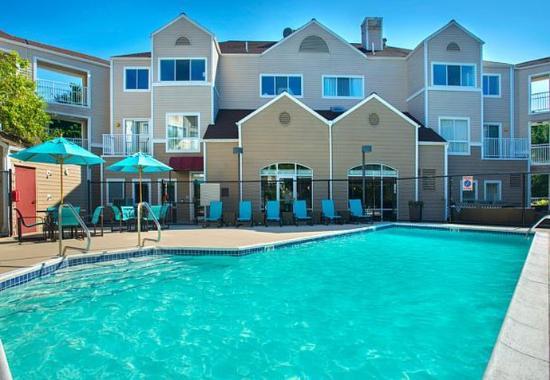 Westborough, Μασαχουσέτη: Outdoor Pool