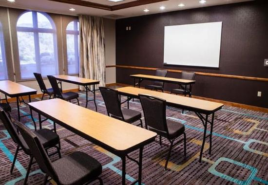 Westlake Village, CA: Meeting Room – Classroom Setup