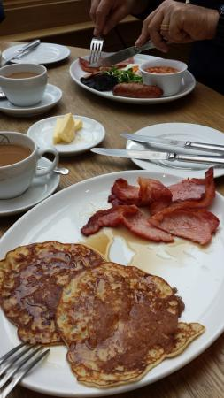 Stow-on-the-Wold, UK: Pancakes with syrup and bacon at breakfast!