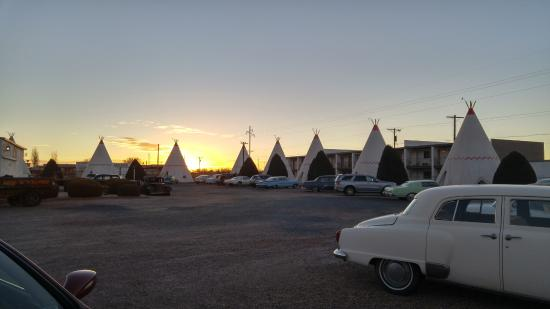Wigwam Motel: The grounds at sunrise