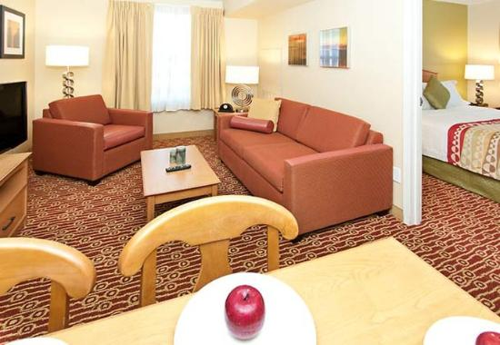 Ранчо Кукамонга, Калифорния: Two-Bedroom Suite Living Area