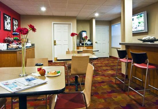 Rancho Cucamonga, CA: Breakfast Sitting Area