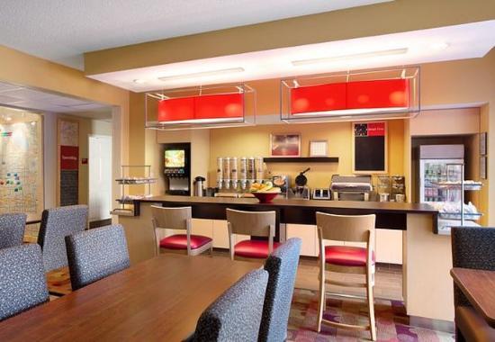 Bedford, TX : Breakfast Area