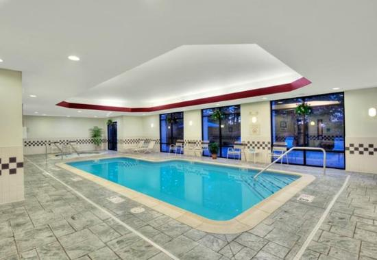 SpringHill Suites Manchester Airport: Indoor Pool & Whirlpool
