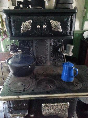 Barkerville, Canadá: The stove was warming up..........blissful