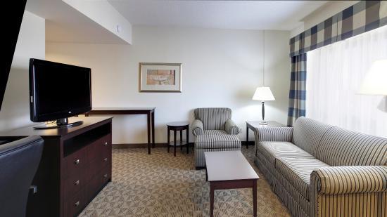 Springdale, AR: Corner Suite Living Room