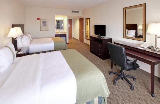 Springdale, AR: Two Queen Bed Guest Room