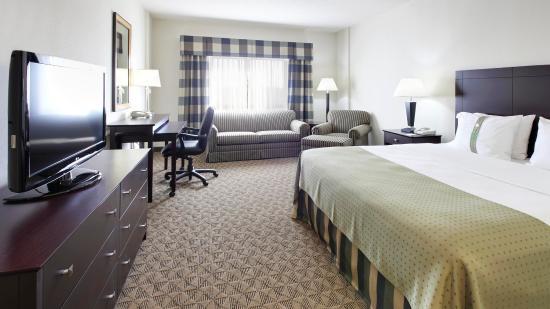 Springdale, AR: King Bed Guestroom