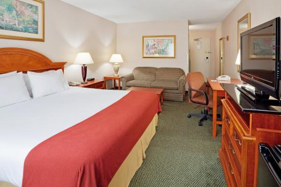 Poughkeepsie, NY: King Bed Guest Room