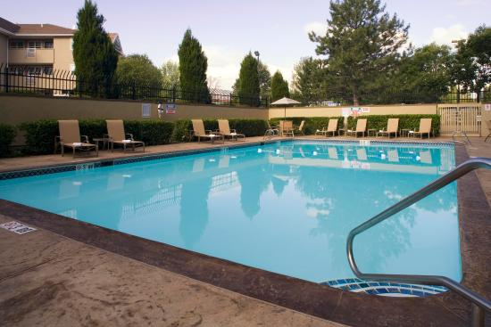 Lakewood, Kolorado: Seasonal outdoor pool just outside of Denver