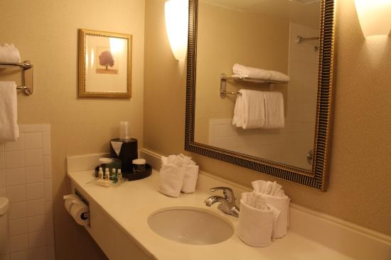 Lakewood, CO: Standard Guest Bathrooms - clean and refreshing