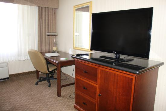 Lakewood, CO: Convenient guestroom amenities include desk, large work area, wifi