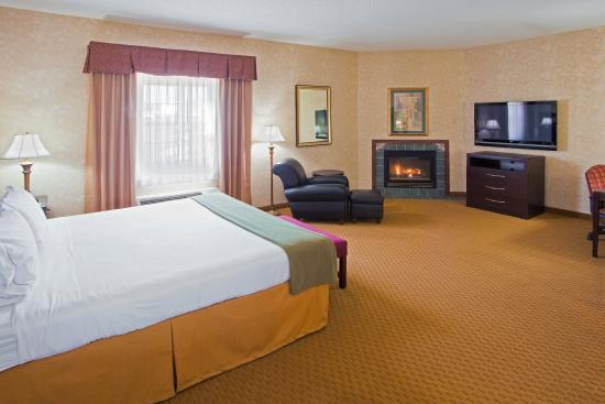 Holiday Inn Express Prince Frederick: King Jacuzzi Suite with Full Size Sofa Sleeper and Fireplace