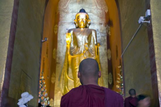西面、釈迦牟尼像と地元の仏僧 -...