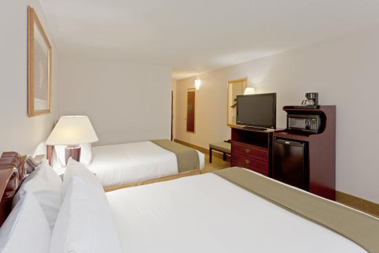 Newton Falls, OH: Queen Bed Guest Room