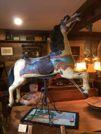 Bragg Creek, Canadá: Carousel Horse in the showroom