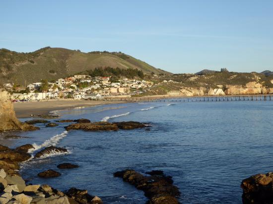Avila Beach, Califórnia: Taken from the 2nd pier, Inn is the big peach building just left of center at waters edge.