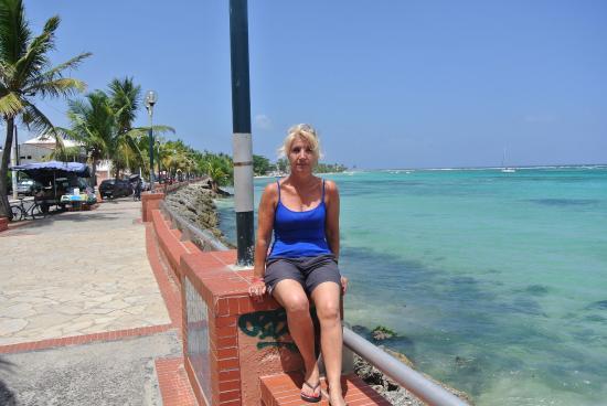 Sainte-Anne, Guadalupe: l entree de st anne la plage se trouve derriere super magnifique