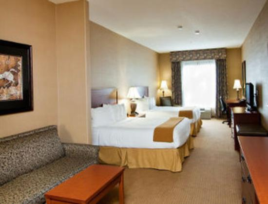 Days Inn & Suites Strathmore: 2 Queen Bed Suite