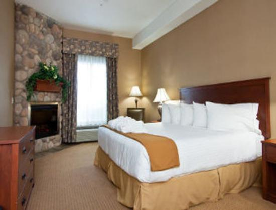 Days Inn & Suites Strathmore: 1 King Bed Suite
