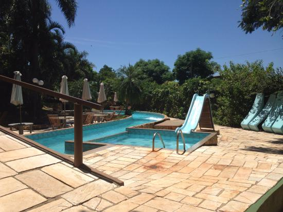 Suica Hotel & Resort: Piscina dos fundos com escorregador e correnteza