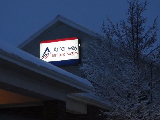 Ameriway Inn and Suites: Front of hotel as you walk in.