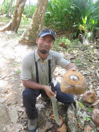Puerto Jimenez, Kostaryka: William (my guide) using his machete to give me coconut milk!