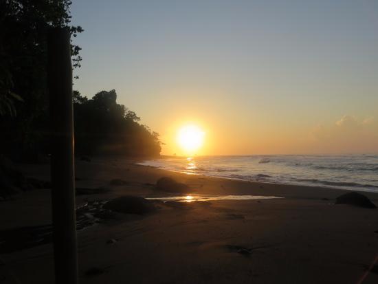 Puerto Jimenez, Kostaryka: Sunrise on the beach near Sirena Station
